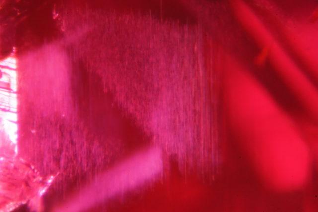 ルビーのインクルジョン画像