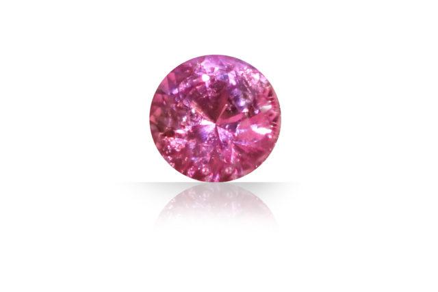 このピンキッシュルビーの中にまた別の宝石が、まるで夜空に輝く星座のようにキラキラと輝いているところが魅力のルビーリングです。
