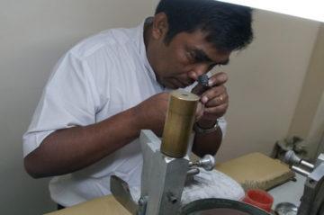 モリスミャンマーの研磨工房で活躍する職人の画像